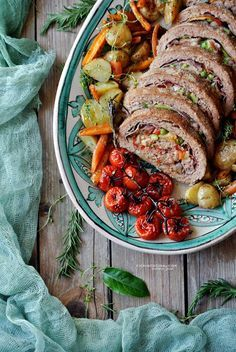 Rolled meatloaf with ham, mozzarella and vegetables by @vicaincucina | Polpettone ripieno al forno