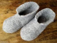 Hiidenuhman puuhat: Huovutetut tossut neuloen Mitten Gloves, Mittens, Felt Crafts, Diy And Crafts, Toe Warmers, Knitting Patterns, Crochet Patterns, Boot Cuffs, Diy Crochet