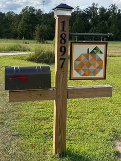 Quilt Square Patterns, Barn Quilt Patterns, Square Quilt, Barn Wood Crafts, Wooden Crafts, Barn Quilt Designs, Quilting Designs, Outside Sheds, Mailbox Ideas