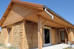 Le kit maison paille chez Naturel Home Natural Architecture, Architecture Design, Straw Bale Construction, Wood Frame House, Diy Log Cabin, Low Cost Housing, Natural Building, Adobe, Earthship