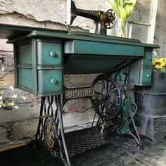 If you need to redo your home then try shabby chic home decor style. Here is all the details and also DIY Shabby chic furniture painting ideas for you. Shabby Chic Homes, Shabby Chic Decor, Shabby Chic 2019, Shabby Chic Furniture, Painted Furniture, Vintage Sewing Table, Sewing Tables, Shabby Vintage, Antique Sewing Machines