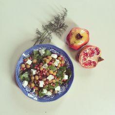 Σαλάτα με ρεβύθια, σπανάκι, φέτα και ρόδι. wp.me/p3vbxQ-93