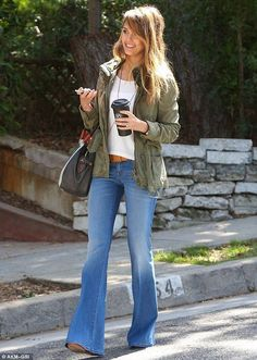 Jessica Alba, Heidi Klum And Rosie Huntington-Whiteley Rock Autumn's Hottest Jean Trend Outfit Jeans, Jeans Outfit Winter, Fall Jeans, Fall Winter Outfits, Spring Jeans Outfits, Jean Outfits, Pub Outfit, Jessica Alba, Chic Outfits