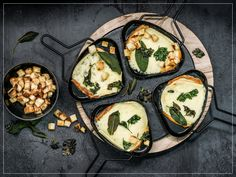 Try Raclette with herbs and garlic croutons by FOOBY now. Or discover other delicious recipes from our category main dish. Fondue, Raclette Cheese, Crouton Recipes, Food Trends, Kraut, Cooking Time, New Recipes, Food Print, Main Dishes