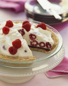 Eis oder lieber Joghurt? Dieses Törtchen vereint beides: Joghurteis-Torte mit Himbeeren | http://eatsmarter.de/rezepte/joghurteis-pie-mit-himbeeren