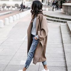 Fall fashion | Grey knitted sweater under neutral wool coat, boyfriend jeans and white sneakers