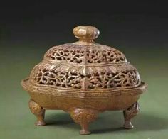 Bamboo incense holder, Qing Dynasty. Collection of National Palace Museum, Beijing