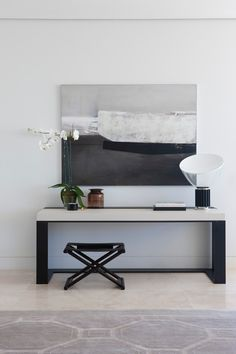 Black and white console table. Geometric and modern style. Discover more: modernconsoletables.net | #consoletables #modernconsoletable #contemporaryconsoletable