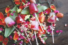 8 DIY projects for mother's day // Edible Flower Ice Pops Eatable Flowers, Strawberry Frozen Yogurt, Homemade Popsicles, Free People Blog, Ice Pops, Frozen Desserts, Summer Recipes, Real Food Recipes, How To Make