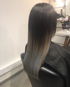 Black ombré with silver ends #davines #color #wintercolor #hair #haircolor #ombre #balayage #silverhair #greyhair #greyhaircolor #grannyhair #maskwithvibrachrom #davinescolor @davinescolor @davinesdeutschland  Formular: Roots: 1/0+2/11+ 20vol Toning: 12/11+12/21+2/21 10g+10g+2g+5 vol