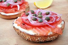 yummy idea for a brunch! bagel with salmon, cream cheese, tomatoe, crispy red onion and capers Bagel Bar, Breakfast Bagel, Smoked Salmon Bagel, Salmon Lox, Lox And Bagels, Tapas, Good Food, Yummy Food, Healthy Food