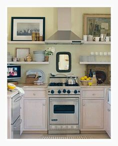 Isn't this tiny Viking Range the most wonderful thing in this small kitchen? I like the hood too. Someone must really like to cook. I like the tiny tellie too. This gourmet has very good taste and insisted on the best appliances.