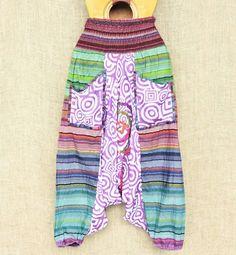 Calças saruel indianas psicodélicas cores e formas que fogem dos padrões. Saiba mais pelo nosso whatsapp: 13982166299  #modafestival #plur #modaindiana #hippie #psicodelica