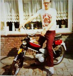 Henk pas op zijn puch skyrider in de jare 70 Vintage Pictures, Scooters, Gym Equipment, Mopeds, Motorbikes, Classic, Nostalgia, Vintage Images, Biking