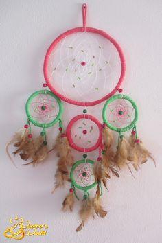 Dreamcatcher em tons de verde e rosa . * Com 22cm de diâmetro (Arco Maior) e 63cm de comprimento *