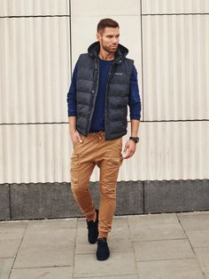 This styling is all about trendy masculine colours. A navy blue sweatshirt fits amazing to these camel joggers. The styling is boosted up with a sports watch and a quilted hooded vest that replaces a jacket easily.