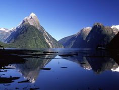 Fiordland was founded in 1952, Fiordland National Park now has an area of more than 1.2 million hectares, in Fiordlands Here you will find a place that has many glaciers carved deep fiords, and the most famous of Milford Sound.