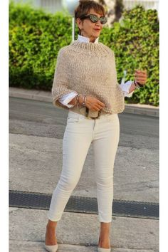 Handgestrickte Pullover, Oversize Pullover, Poncho Sweater, Knitted Poncho, Chic Outfits, Fall Outfits, Neutral Outfit, Neutral Style, Crochet Shirt