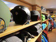 Prevenzione! Olà con l'arrivo del freddo finalmente aprono anche le prime piste del Dolomiti Superski. Neve compatta e tanti sciatori ad affollare i pochi impianti aperti. La voglia e la foga di sciare possono indurci all'errore e quindi ricordate sempre di mettere almeno il casco! La prudenza paga sempre! #sapevatel #caschi #helmets #smith #marker #prevenzione #skiersempire #ski #snow #freeride #visual #nuoviarrivi #fallwinter #followthebuyer #fashion #instafashion
