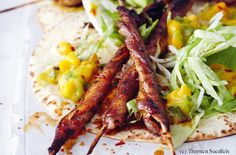 Mexican pork belly skewers on tortillas with mango salsa and ice lettuce - Easy Food Recipes Mango Salsa, Tortillas, Asian Recipes, Ethnic Recipes, Pork Belly, Skewers, Lettuce, Easy Meals, Mexican