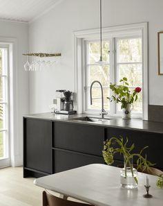 Johanna Bradford's kitchen - via Coco Lapine Design blog