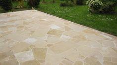 Terrasse - Dallage en opus incertum composé de différentes pierres naturelles de Bourgogne toutes couleurs, dalles de toutes dimensions - vieux sol extérieur contemporain moderne