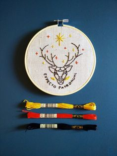 The post Harry Potter Stickerei: 3 thematische Designs! P und B Workshop appeared first on PINK DiY. Hand Embroidery Videos, Simple Embroidery, Embroidery Patterns Free, Embroidery Art, Cross Stitch Embroidery, Cross Stitch Patterns, Embroidery Designs, Free Machine Embroidery, Harry Potter Diy