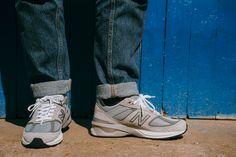 Il est important de rappeler que New Balance est aujourd'hui l'une des seules marques à proposer des lignes de baskets premium réalisées aux États-Unis et au Royaume-Uni. Même si New Balance tient de pied ferme l'idée de continuer à produire une partie de ses baskets aux Etats-Unis, pas loin de 93% des chaussures vendues sur le territoire sont fabriquées ailleurs.  #mode #style #baskets #colors #shoes #comfy #newbalance #990 #990v5  #commeuncamion