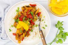 Toegegeven, dit gerecht heet weliswaar kip pilav. Maar er is eigenlijk weinig 'pilavs' aan. Pilav (of pilaf) is namelijk een gerecht uit het Midden-Oosten, Perzië en India en is gefruite of gebakken rijst die in bouillon wordt gaar gesmoord. Food Inspiration, Thai Red Curry, Rice, Cooking Recipes, Lunch, Dinner, Ethnic Recipes, Risotto, Inspire