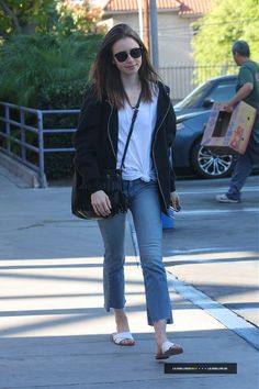 Lily Collins In Cropped Black Orchid Jeans - Denimology Classy Casual, Classy Outfits, Trendy Outfits, Vintage Outfits, Cool Outfits, Fashion Outfits, Lily Collins Casual, Lily Collins Style, Black Tshirt Outfit