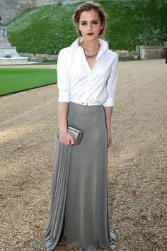 Emma Watson en chemise blanche et jupe longue grise // Emma Watson wearing a white shirt and a long grey skirt