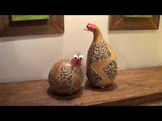 מגוון של תרנגולות עשויות בעבודת יד ממחזור של דלועים מיוחדים מברזיל בשילוב פימו ובדים צבעונים.