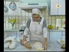 Trenza Mazapan. 1) Hacer la masa levadura / Min: 2:17 trucos para realizar prev /3/16 estirado y elaborar la trenza / Min 4:34 Relleno de mazapan/ 5:40 Rellenado masa estirada /Min. 6:39 cruzando la masa p/h trenza / Min. 7:06 como poner molde y cocinar./7:40 glas con jugo frutas o licor Hermana Bernarda. Dulces Tentaciones