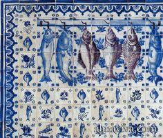 """Panneau d'azulejos portugais représentant des poissons peints en trompe l'œil pour une cuisine. Ces carreaux avec un motif central et 4 motifs d'angles sont nommés """"Figuras avulsas"""" au Portugal. Delft, Matisse Paintings, Tile Panels, Art Nouveau, Tile Murals, Modern Country, Mosaic Tiles, Decoration, Blue And White"""