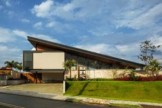 """""""Completed in 2017 in São José dos Campos, Brazil. Images by Nelson Kon. The main request of the couple was to make a house with a roof and great offer of external area. We proposed a large sloping roof in metal structure. Architecture Résidentielle, Tropical Architecture, Layouts Casa, House Layouts, Unique Buildings, Beautiful Buildings, Facade Design, Exterior Design, Decoration Shop"""