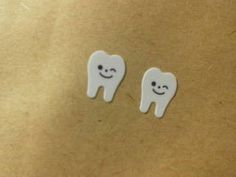 イラスト歯のピアスです。紙・プラ板・シリコン製でアレルギーの方にも使っていただけるように金属を使用していません。購入前にメッセージをいただければノンホール樹脂...|ハンドメイド、手作り、手仕事品の通販・販売・購入ならCreema。