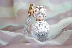 marc jacobs, perfume, and daisy dream image Perfume Scents, Perfume Oils, Perfume Bottles, Perfume Genius, Best Perfume, Light Blue Perfume, Celebrity Perfume, Hermes Perfume, Marc Jacobs Daisy