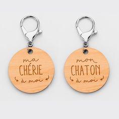 Duo de porte-clés personnalisés médailles gravées bois rondes