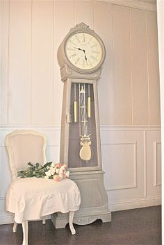 Antiquing a   Swedish clock with French linen chalk paint from French Country Cottage.