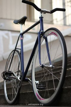Fixie. Wouldn't mind cruising round the CDF lunch time on one of these