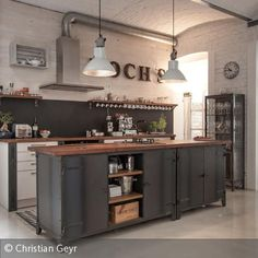 Like open kitchen and industrial look. Barn Kitchen, Open Plan Kitchen, New Kitchen, Kitchen Dining, Kitchen Decor, Island Kitchen, Industrial Kitchen Design, Vintage Industrial Decor, Industrial House