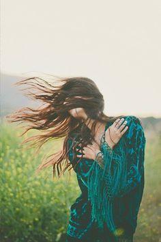 ╰☆╮Boho chic bohemian boho style hippy hippie chic bohème vibe gypsy fashion indie folk the . Hippie Style, Hippie Gypsy, Gypsy Style, Hippie Chic, Bohemian Style, Boho Chic, Wind In My Hair, Wind Blown Hair, Estilo Hippie