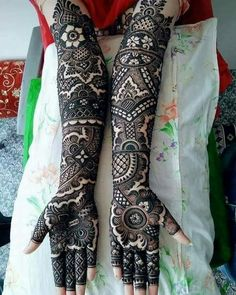 This bridal mehndi design spread out beautifully with bold outlines filled with intricate strokes. This design has an Arabic appeal etched to it which is what is making it look so unique. Full Mehndi Designs, Arabic Bridal Mehndi Designs, Wedding Henna Designs, Peacock Mehndi Designs, Hena Designs, Stylish Mehndi Designs, Mehndi Design Pictures, Mehndi Images, Tattoo Designs