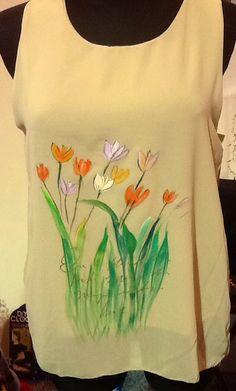 Blusa con Tulipanes sobre crepe. Pintado a mano.  Facebook: brotes y mas