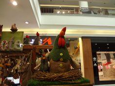 Gallinas, by Papalote Ecuador.  Mall el Jardín- Quito  Hecho a mano con materiales reciclados.