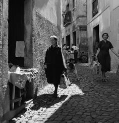 Lisboa revisitada. Alfama, década de 60. Old Photography, Vintage Party, Tumblr, Light And Shadow, Portuguese, Old Photos, Art Reference, The Neighbourhood, City Photography
