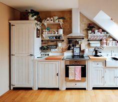 Kuchyňský nábytek se dá dobře umístit i pod sešikmený strop (Anglická sezóna)