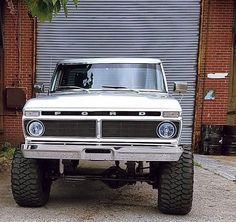 I absolutely prefer this coloring for this lifted ford truckAmazing! I absolutely prefer this coloring for this lifted ford truck 79 Ford Truck, Ford Pickup Trucks, Car Ford, Ford 4x4, Ford Bronco, Cool Trucks, Big Trucks, Classic Pickup Trucks, Lifted Ford Trucks