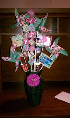 Pinwheel gift card bouquet for teacher gifts Minus the liquor bottles😜 Gift Card Tree, Gift Card Basket, Gift Card Bouquet, Gift Cards, Sweet 16 Gifts, Cute Gifts, Craft Gifts, Diy Gifts, Gift Card Displays