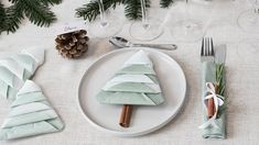 DIY : Fold napkins like Christmas trees by Søstrene Grene